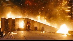Szenenbild aus MAZE RUNNER: THE DEATH CURE (2018) - Maze Runner - Die Auserwählten in der Todeszone - Teresa (Kaya Scodelario) hilft Thomas (Dylan O'Brien) - © 20th Century Fox