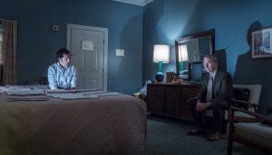 Szenenbild aus THE POST - DIE VERLEGERIN - Whistleblower Daniel Ellsberg (Matthew Rhys) und Reporter Ben Bagdikian (Bob Odenkirk) treffen sich in einem Motel- © Universal Pictures