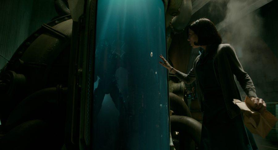 Szenenbild aus THE SHAPE OF WATER - Elisa (Sally Hawkins) entdeckt das Fischwesen (Doug Jones) - © Fox