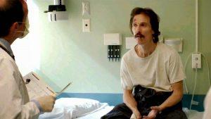 Szenenbild aus DALLAS BUYERS CLUB - Ron Woodroof (Matthew McConaughey) bekommt die Diagnose - © Ascot Elite