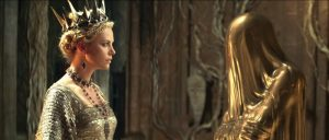 Szenenbild aus SNOW WHITE & THE HUNTSMAN - Ravanna (Charlize Theron) befragt den Spiegel - © Universal Pictures