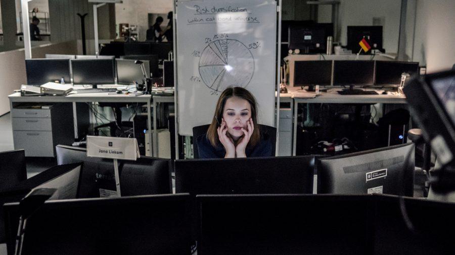 Szenenbild aus BAD BANKS (2018) - Jana Liekam (Paula Beer) steht vor einer großen beruflichen Herausforderung. - © ZDF/Sammy Hart
