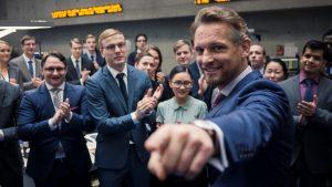 Szenenbild aus BAD BANKS - In der Deutschen Global Invest: Gabriel Fenger (Barry Atsma) und die Kollegen gratulieren Jana Liekam zum neuen Job. - © ZDF/Sammy Hart