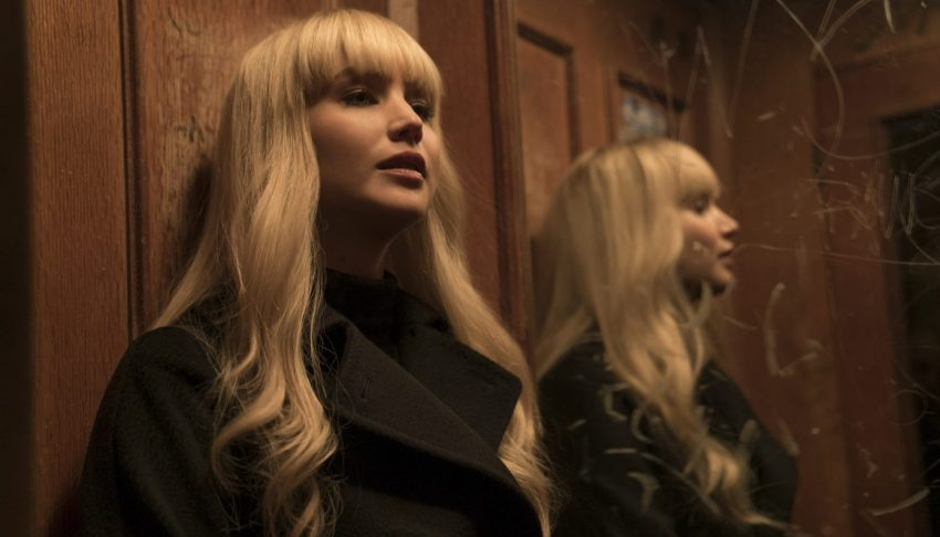 Filmstill aus RED SPARROW (2018) - Dominika Egorova (Jennifer Lawrence) vor dem Spiegel - © 20th Century Fox