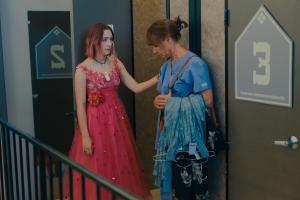 Szenenbild aus LADY BIRD (2017) - Lady Bird (Saoirse Ronan) geht zusammen mit ihrer Mutter (Laurie Metcalf) einkaufen - © Universal Pictures
