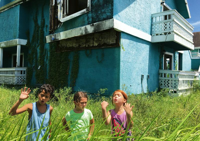 Szenenbild aus THE FLORIDA PROJECT (2017) - Scooty (Christopher Rivera), Moonee (Brooklynn Prince) und Jancey (Valeria Cotto) spielen zusammen. - © Prokino Filmverleih