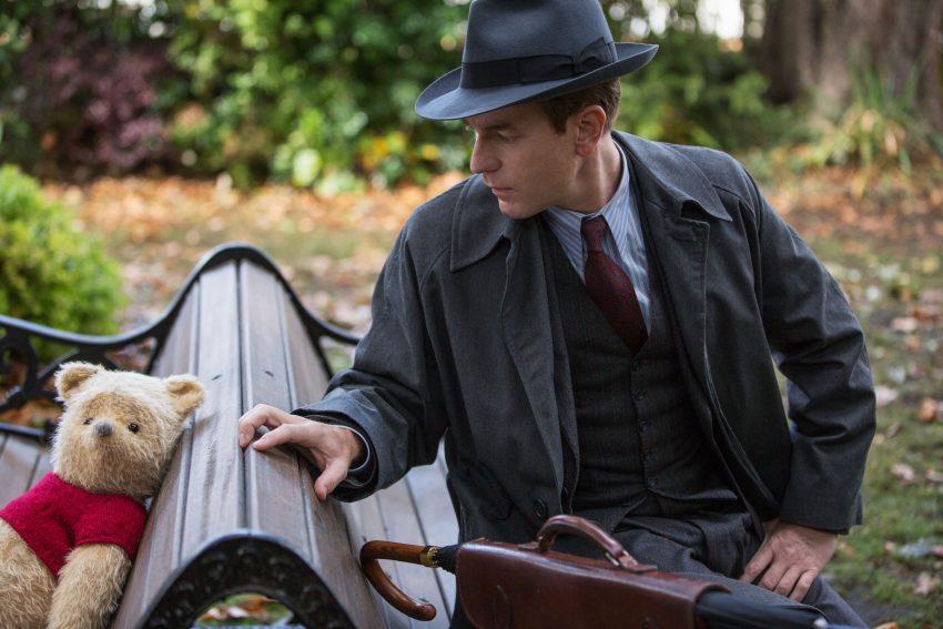 Szenenbild aus CHRISTOPHER ROBIN (2018) - Christopher Robin (Ewan McGregor) trifft nach langer Zeit seinen Freund Winnie Puuh wieder. - © Disney