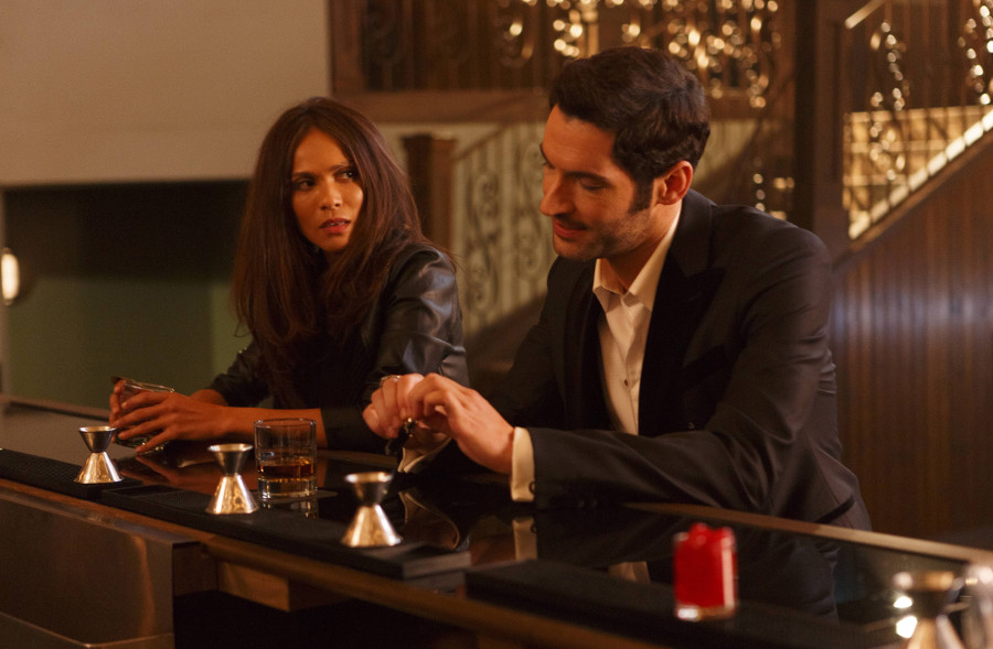 Szenenbild aus LUCIFER - Staffel 1 (2016) - Maze (Lesley-Ann Brandt) und Lucifer (Tom Ellis) - © Amazon Newsroom
