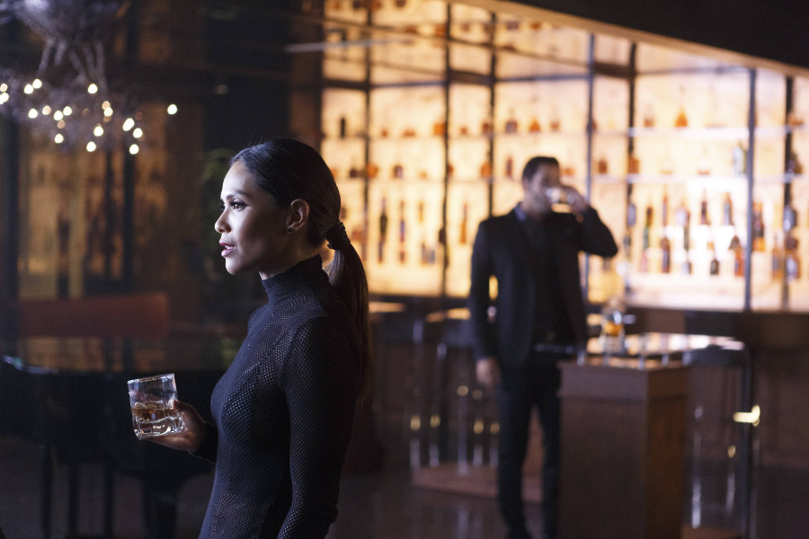 Szenenbild aus LUCIFER - Staffel 2 - Maze (Lesley-Ann Brandt) und Lucifer (Tom Ellis) - © Amazon Newsroom