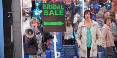 Szenenbild aus MIRANDA - Staffel 1 - Penny (Patricia Hodge) tut wirklich alles um ihre Tochter (Miranda Hart) unter die Haube zu bringen. - © Disney Channel