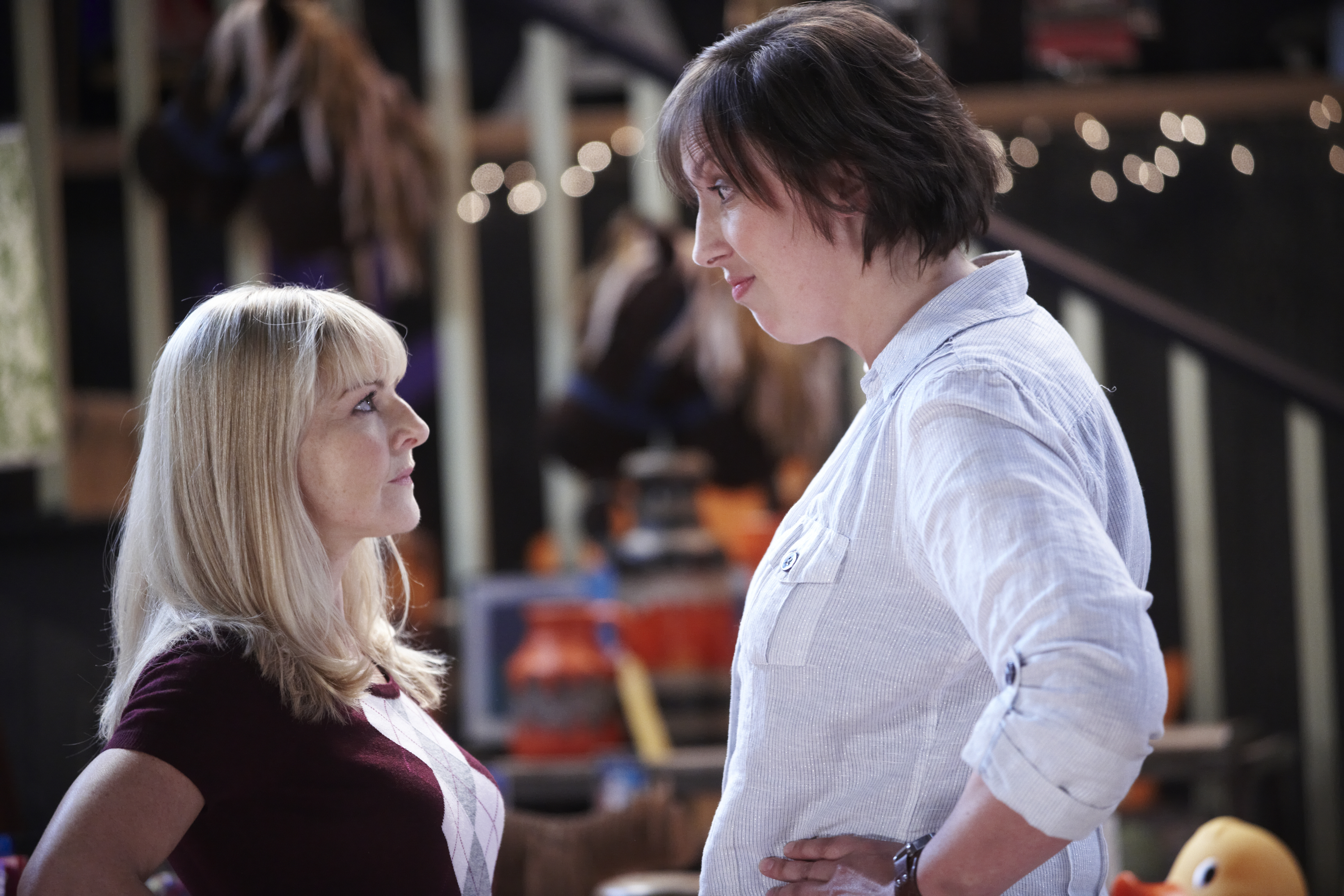 Szenenbild aus MIRANDA - Staffel 1 - Steve (Sarah Hadland) und Miranda (Miranda Hart) - © Disney Channel