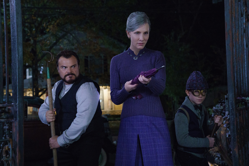 Szenenbild aus DAS HAUS DER GEHEIMNISVOLLEN UHREN - THE HOUSE WITH A CLOCK IN ITS WALLS - Jonathan (Jack Black), Mrs. Zimmerman (Cate Blanchett) und Lewis (Owen Vaccaro) stellen sich dem Bösen. - © Universal Pictures Germany