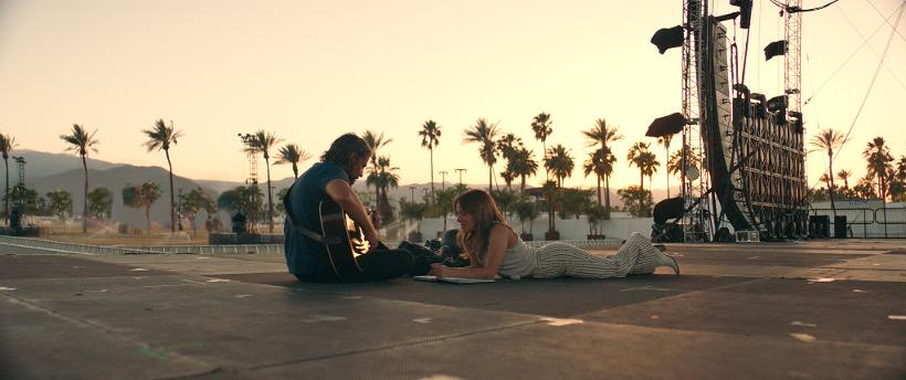 Szenenbild aus A STAR IS BORN (2018) - Jackson (Bradley Cooper) und Ally (Lady Gaga) auf Tour - © Warner Bros.