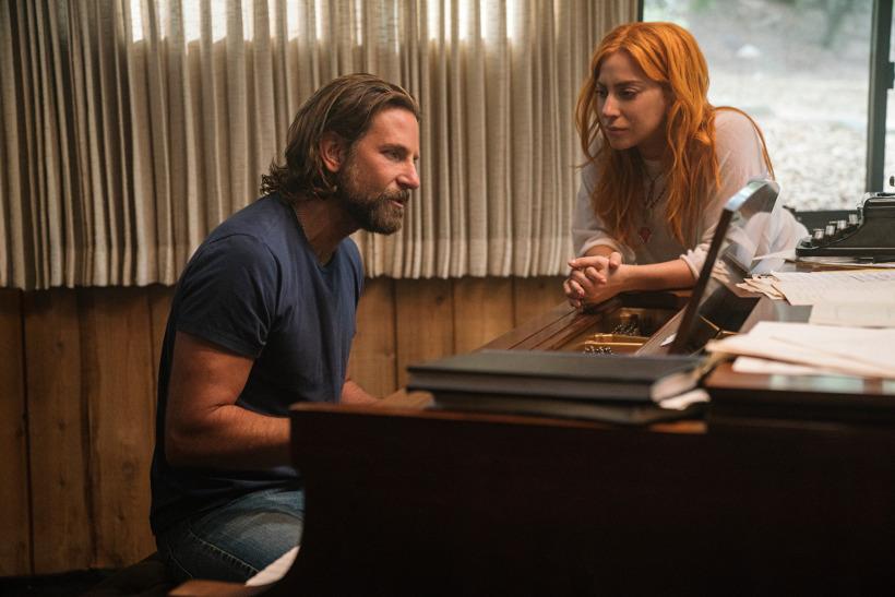 Szenenbild aus A STAR IS BORN (2018) - Jackson (Bradley Cooper) komponiert zusammen mit Ally (Lady Gaga) - © Warner Bros.