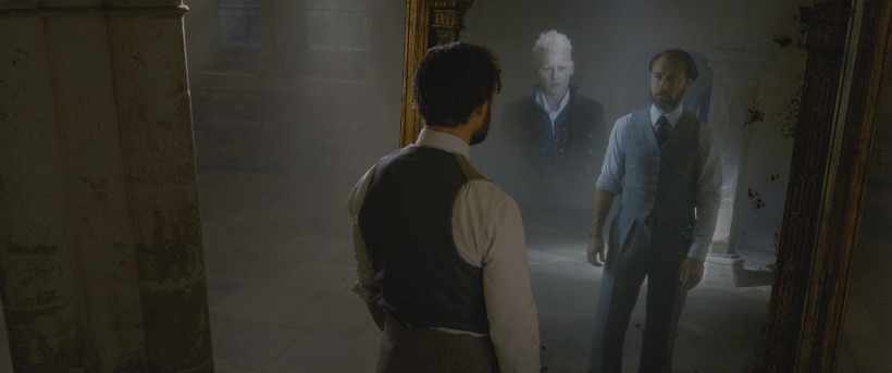 Szenenbild aus PHANTASTISCHE TIERWESEN: GRINDELWALDS VERBRECHEN - FANTASTIC BEASTS: THE CRIMES OF GRINDELWALD (2018) - Albus Dumbledore (Jude Law) kann gegen Grindelwald (Johnny Depp) nichts unternehmen. - © Warner Bros. Deutschland