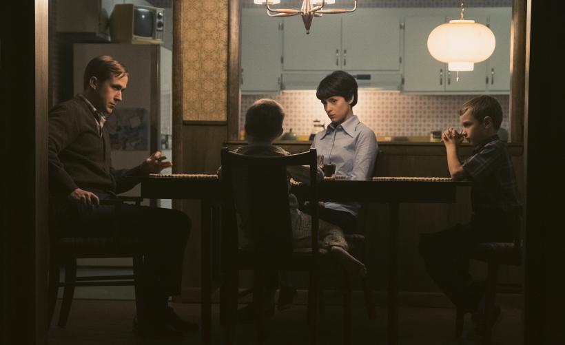 Szenenbild aus FIRST MAN - AUFBRUCH ZUM MOND - Neil (Ryan Gosling) muss seine Kinder darauf vorbereiten, dass er vielleicht nicht mehr zurückkommt. - © Universal Pictures