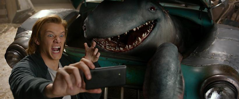 Szenenbild aus MONSTER TRUCKS (2016) - Tripp (Lucas Hill) macht ein Selfie mit Creech - © Paramount Pictures