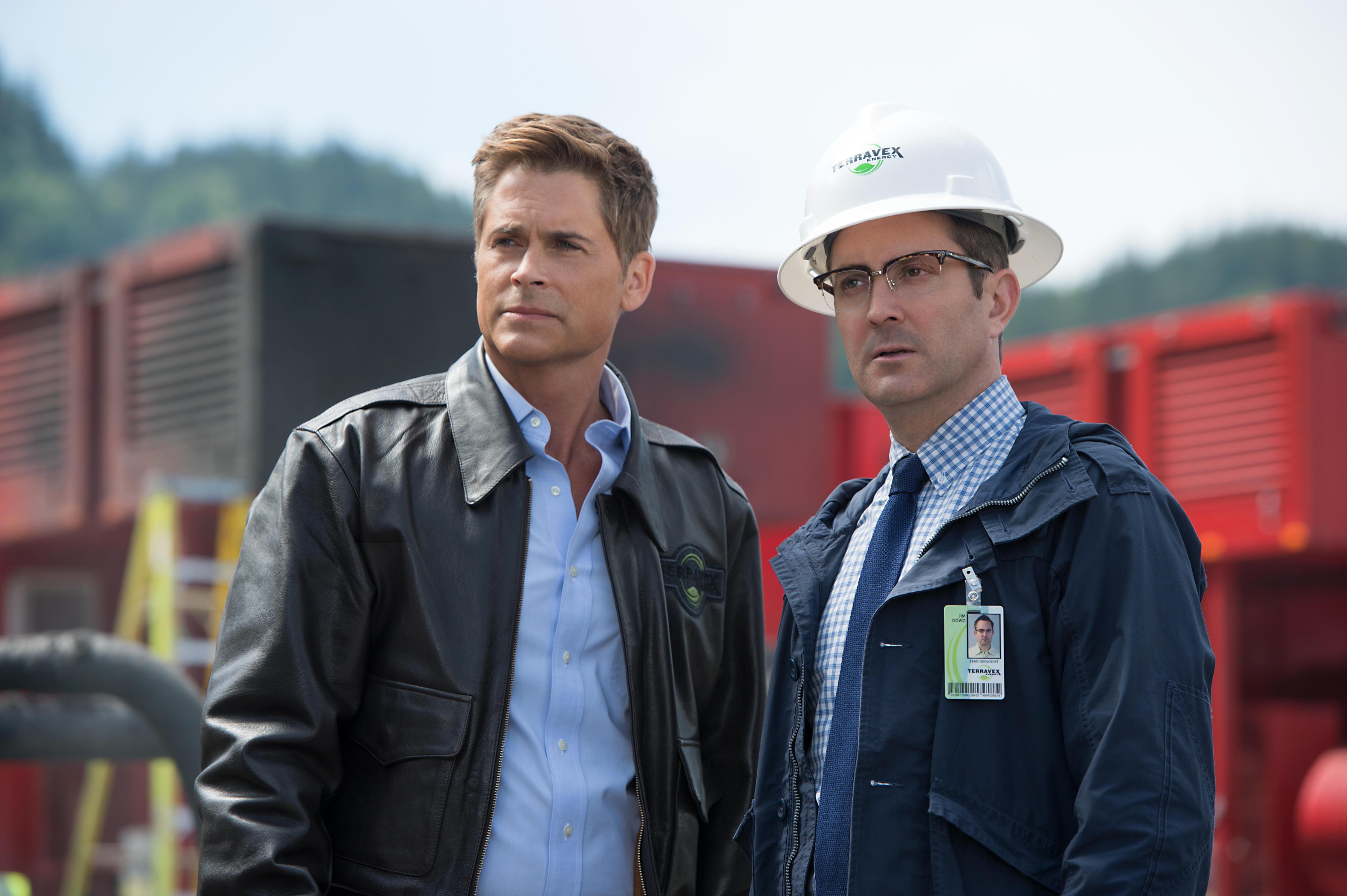 Szenenbild aus MONSTER TRUCKS (2016) - Reece Tenneson (Rob Lowe) und Jim Dowd (Thomas Lennon) sind auf der Suche nach Creech. - © Paramount Pictures