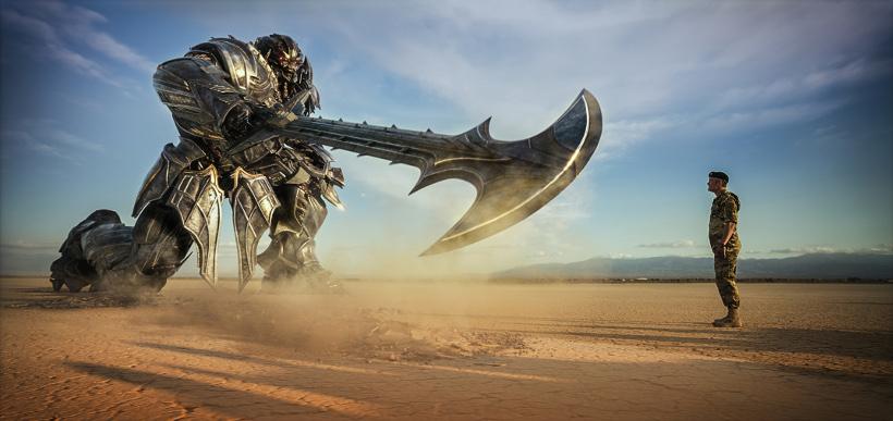 Szenenbild aus TRANSFORMERS 5 - TRANSFORMERS: THE LAST KNIGHT - Megatron und Lennox (Josh Duhamel) - © Paramount Pictures Deutschland