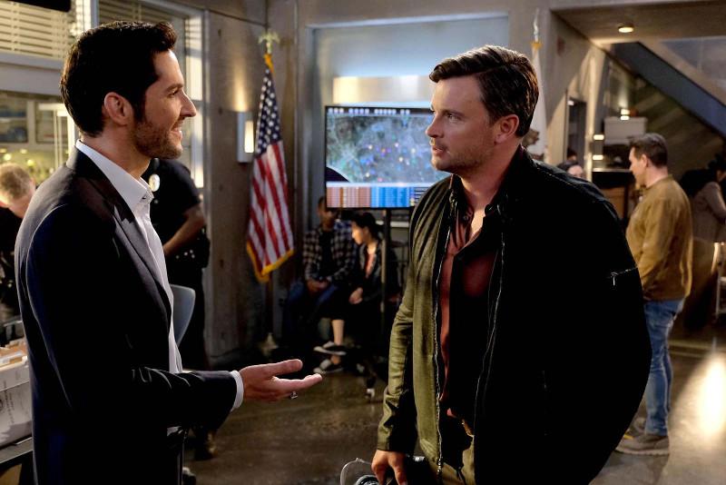 Szenenbild aus LUCIFER - 3. Staffel - Lucifer (Tom Ellis) misstraut Lieutenant Marcus Pierce (Tom Welling). - © Fox