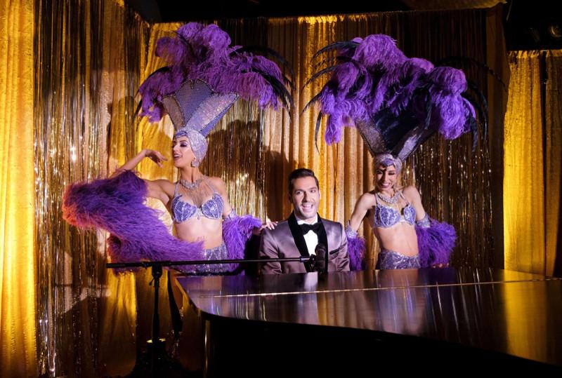 Szenenbild aus Lucifer - 3. Staffel - Viva las Vegas! Lucifer (Tom Ellis) am Klavier. - © Fox
