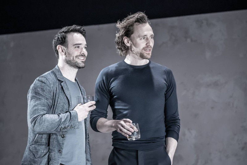Szenenbild aus dem Theaterstück BETRAYAL - Jerry (Charlie Cox) und Robert (Tom Hiddleston) - Photo Credit: Marc Brenner