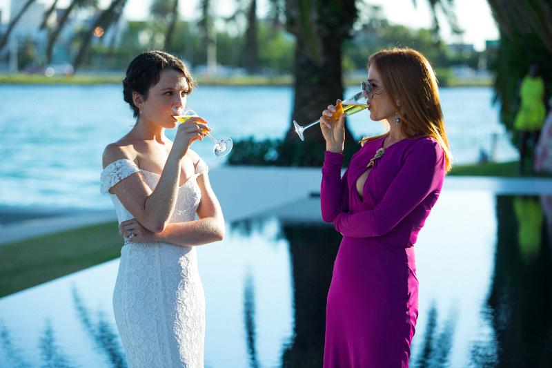 Szenenbild aus THE BEACH BUM - Heather (Stefania LaVie Owen) und Minnie (Isla Fisher) - © Constantin Filmverleih