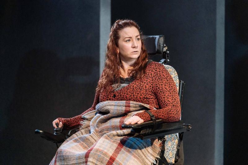Szenenbild aus COST OF LIVING - Hampstead Theatre London - Ani (Katy Sullivan) - Photo by Manuel Harlan