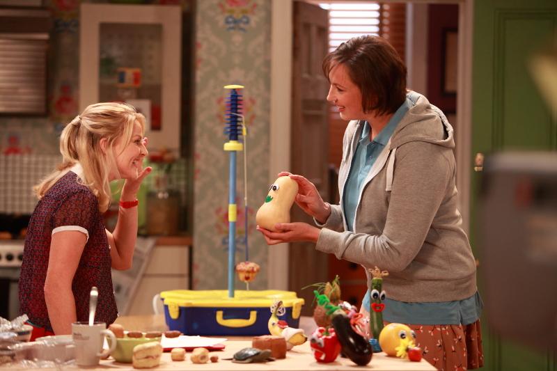 """Szenenbild aus MIRANDA - Staffel 3 - Miranda (Miranda Hart) zeigt Stevie (Sarah Hadland) ihre """"Fruit Friends"""". - © Disney Channel"""