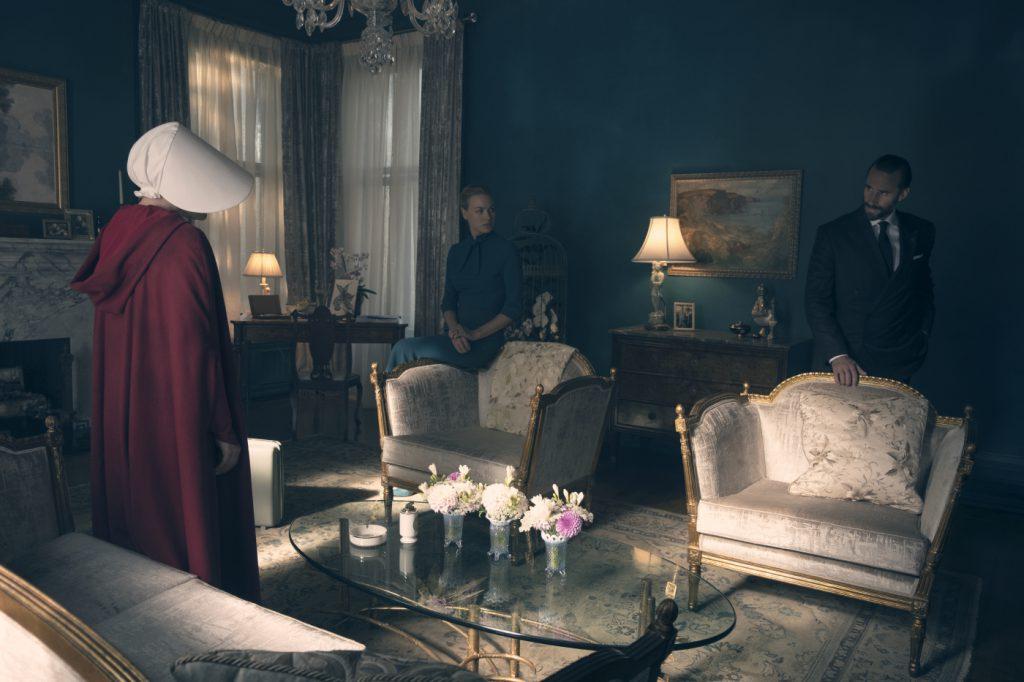 Szenenbild aus THE HANDMAID'S TALE - 1. Staffel (2017) - Offred (Elisabeth Moss) trifft auf Serena Joy (Yvonne Strahovski) und den Commander Fred Waterford (Joseph Fiennes). - © 20th Century Fox
