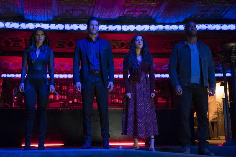 Szenenbild aus LUCIFER - Staffel 4 (2019) - Maze (Lesley-Ann Brandt), Lucifer (Tom Ellis), Eva (Inbar Lavi) und Amenadiel (D.B. Woodside) bereiten sich auf den Kampf vor. - © Netflix