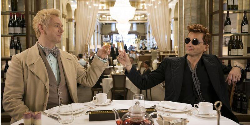 Szenenbild aus GOOD OMENS - Aziraphale (Michael Sheen) und Crowley (David Tennant) - © Amazon Prime