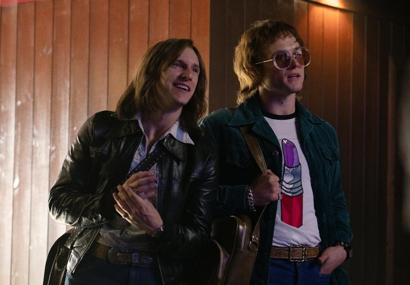 Szenenbild aus ROCKETMAN (2019) - Bernie (Jamie Bell) und Elton (Taron Egerton) - © Paramount Pictures