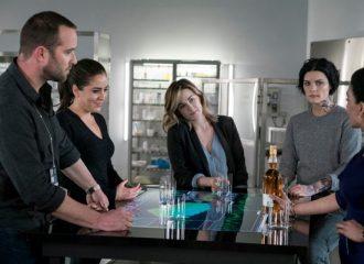 """Szenenbild aus BLINDSPOT - 2. Staffel (2017) - Das Team muss zusammenarbeiten um """"Sandstorm"""" aufzuhalten. - © NBC"""