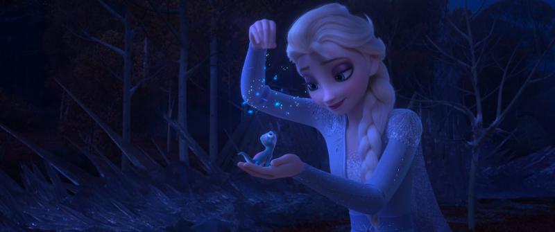 Szenenbild aus FROZEN 2 - DIE EISKÖNIGIN 2- Bruni, der Feuersalamander, und Elsa - © 2019 Disney. All Rights Reserved.